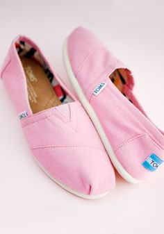 >>>TOMS shoes OFF! >>>Visit>> Brighten up your spring wardrobe with a new pair of TOMS pastel Classics. Dream Shoes, New Shoes, Flat Shoes, Pink Toms, Red Toms, Black Toms, White Toms, Mode Shoes, Cheap Toms