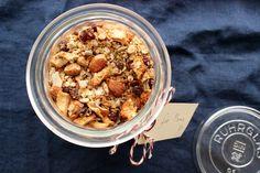 Dieses Weihnachtsmüsli duftet ganz köstlich, wenn man das Glas öffnet und es ist glutenfrei, vegan und frei von Industriezucker. Gesund und lecker :-)