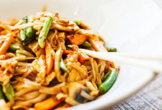 Give this sweet, sour and spicy Thai Tamarind Chicken Stir Fry recipe a try. Tamarind is what gives it a special flavor and depth. Stir Fry Recipes, Healthy Soup Recipes, Eat Healthy, Lemon Chicken Stir Fry, Thai Chicken, Roast Chicken, Chicken Broccoli, Mie Noodles, Stir Fry At Home
