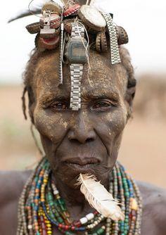Tribo africana se apropria de objetos ocidentais industrializados.
