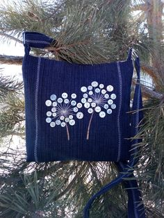 Одноклассники Denim Clutch Bags, Denim Handbags, Denim Bag, Denim Crafts, Button Crafts, Creative Bag, Embroidery Bags, Denim Ideas, Patchwork Bags
