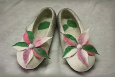 Felted Slippers / Home shoes / White and gray by TatiLubav