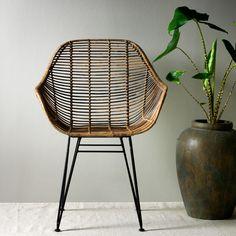 Koriander är en trendig stol som finns både som karmstol, stol och barstol. Stolen är perfekt när du vill ge matplatsen en ombonad och lite bohemisk känsla. Stolen har en sits av rotting och ben i lackerad metall - en kombination som är riktigt snygg. Wicker, Chair, Furniture, Home Decor, Brown, Cilantro, Decoration Home, Room Decor, Home Furniture