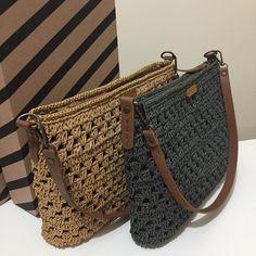 No photo description available. Crochet Backpack, Backpack Pattern, Crochet Tote, Crochet Handbags, Crochet Purses, Knit Crochet, Mochila Crochet, Crochet Shoulder Bags, Diy Crafts Crochet