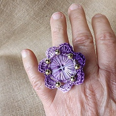 I think this would also make a pretty necklace. Crochet Rings, Crochet Art, Crochet Flowers, Textile Jewelry, Beaded Jewelry, Handmade Jewelry, Yarn Necklace, Pretty Necklaces, Crochet Accessories