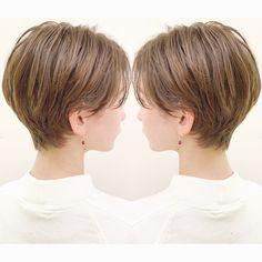 """ショートヘアでも""""ボーイッシュになりたくない?♀️""""女性らしいショートヘア✨ . . . お客様とカウンセリングしていて、よく聞くのが """"ショートヘアでもボーイッシュじゃなくて、女性らしいのが良い❗️""""という声です? . . . 『?女性らしいショートヘアにする為の2つのポイント?』 . ①丸み ショートヘアはとにかく""""シルエットが大切です?♀️"""" . . 全体を短くしたようなショートヘアだと、丸みが無くなり、ボーイッシュになりやすいです❌ . . 丸みを残すように、髪の長さを短くする部分と長く残す部分のメリハリをつけるのが大切です✂︎ . . . ②柔らかさ ショートヘアで重たくぺったりしてると女性らしくは見えません?♀️ . . 重たく見えたり、髪が硬く見えると""""野暮ったいだけです❗️"""" . . 柔らかさを出す為には、重たくなりやすい部分に軽さをしっかり入れたりするのも大切ですが、""""ヘアカラー""""が重要になってきます?. . . 太くて硬い髪を柔らかく見せる為に""""細かく繊細なハイライトカラー""""がオススメです⭕️…"""