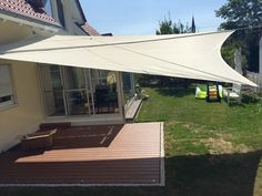 Das manuell aufrollbare Sonnensegel Soliday M von ferobau kann bis zu 65 m2 Schatten bringen. Mit einer tollen Farbe und dem optimalen Standplatz ideal für Jeden. [FEROBAU]