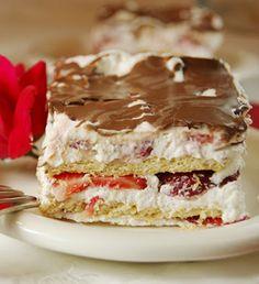 Pastel helado de nata, chocolate y fresas / http://www.thekitchenismyplayground.com/