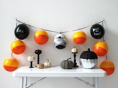 Easy Halloween Decorations: Balloons! >>> http://blog.diynetwork.com/maderemade/how-to/easy-halloween-decorations-balloons/?soc=pinterest