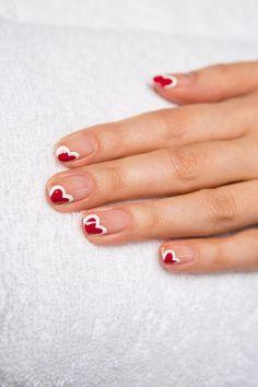 Fêter l'amour sans un nail art spécial Saint-Valentin? Pas question! Focus: La French nude et coeur asymétrique, blanc et rouge