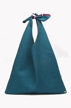 Cómo hacer el bolso triangular de moda - El Cómo de las Cosas Small Sewing Projects, Sewing Crafts, Diy Bags No Sew, Triangle Bag, Origami Bag, Creative Bag, Diy Handbag, Boho Bags, Printed Tote Bags