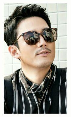 Jang Hyuk looking cool in shades!