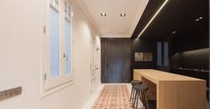 Blog Arquitectura y Diseño: Apartamento en la Avenida Diagonal de Barcelona / YLAB Arquitectos  Esta vivienda del Ensanche barcelonés diseñada por YLAB comparte muchos de sus típicos detalles tradicionales como la planta estrecha alargada y compartimentada de fachada a fachada con pavimentos de baldosas hidráulicas o molduras en techos y paredes.  El cliente enamorado del diseño moderno e industrial quería mantener ciertos elementos tradicionales característicos liberar parcialmente la…