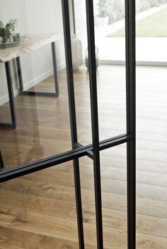 Stalen deur met asymmetrische glasverdeling