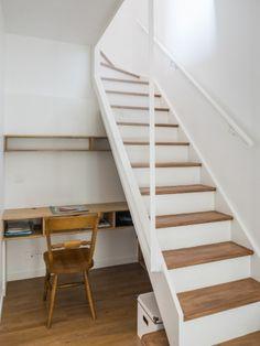 Un escalier blanc et bois pour monter au dernier étage - une maison des années 1920 entièrement rénovée