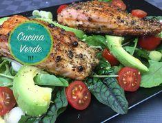 Rucola-Avocado Salat mit gebratenem Lachs - Rezept von Joes Cucina Verde Avocado Salat, Pork, Meat, Chicken, Pork Roulade, Pigs, Buffalo Chicken, Cubs, Pork Chops
