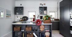 Köket är välutrustat och exklusivt med köksö, bänkar i marmor, två diskmaskiner från Smeg och blandare från Tapwell.