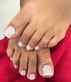 39 Fotos de Unhas decorada com margaridas – passo a passo Pretty Toe Nails, Cute Toe Nails, Gel Nails, Pedicure Nail Art, Toe Nail Art, Wedding Toe Nails, Wedding Toes, French Toe Nails, Toe Nail Designs