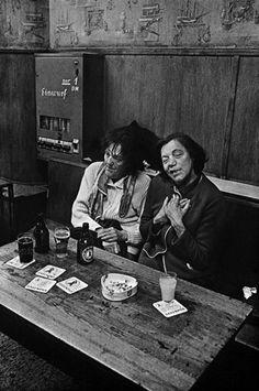 """Trinkrunde: Zwei Frauen und ihr Bären-Pils. Im """"Lehmitz"""" gab es Menschen, die..."""