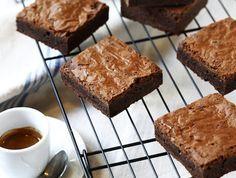 מתכון לבראוניז רכים, נימוחים ופריכים עם עונג שרק שוקולד יכול לספק