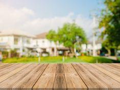 Пустой деревянный стол сверху на размытие абстрактный зеленый из сада и дома в утренние фоне.Для монтажа дисплея продукта или дизайн ключевые визуального макета фото