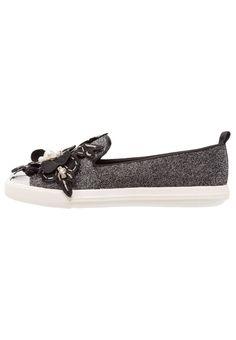 ¡Consigue este tipo de mocasines de Miss Kg ahora! Haz clic para ver los detalles. Envíos gratis a toda España. Miss KG LAURIE Mocasines black: Miss KG LAURIE Mocasines black Zapatos   | Material exterior: tela, Material interior: cuero de imitación/tela, Suela: fibra sintética, Plantilla: cuero de imitación | Zapatos ¡Haz tu pedido   y disfruta de gastos de enví-o gratuitos! (mocasines, mocasín, slip-on, loafer, slip-ons, loafers, moccasins, slip on, mokassins, mocasines, mocassins,...