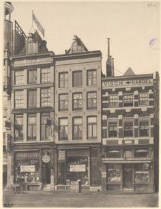 Damrak 30-28 op 12 maart 1904. Drie huizen werden afgebroken om plaats te maken voor het kantoorgebouw van verzekeringsmaatschappij De Utrecht. Rechts - bijna buiten beeld - de Karnemelksteeg.