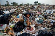 11-vuotias Soburn keräsi perheelleen ruokaa kaatopaikalla Siem Reapissa Kambodžassa maaliskuussa.