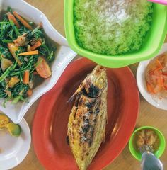 Food hunting at Tuaran and try out the grilled fish at Ikan Bakar Kak June beside Jalan Pantai Dalit nearby Rasa Ria.  Not a great dining experience as the guy manning the counter keep asking us where we are from and told us they don't need business from outsider when we ask permission to take the photo of the grilling fish at the stove. Other staff are courteous but his attitude spoil our mood.  After eating there we kinda agree with him as they have regulars and they grilled over 100 fish…