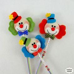 Ponteira de lápis ou caneta decorada com um palhaço feito em feltro bordado à mão. Quantidade mínima 20 unidades. Produto 100% artesanal.