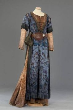 This might actually be a costume - it looks like a mix of Edwardian fashion with Medieval details - but I love the layers and colours. Medieval Costume, Medieval Dress, Medieval Fashion, Medieval Clothing, Renaissance Costume, Historical Costume, Historical Clothing, Vintage Outfits, Vintage Fashion