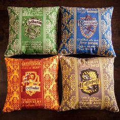 3. Almohadas con los escudos de las casas de Hogwarts.