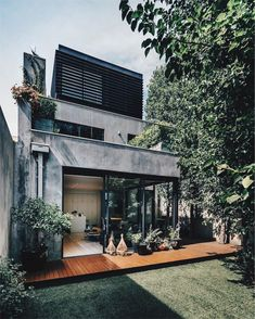"""Pleysier Perkins perched a penthouse – a """"hide-out"""" for the parents – on top of this Melbourne home, so that it grows up with the family who live in it. Industrial House, Modern Industrial, Industrial Design, Casas The Sims 4, Casas Containers, Design Fields, House Extensions, Farmhouse Design, Modern House Design"""