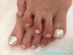 キラキラ感がお洒落なフットネイル Sparkling sense of stylish foot nail