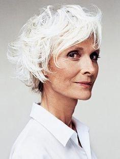 Un coup de vent dans les cheveux blancs.