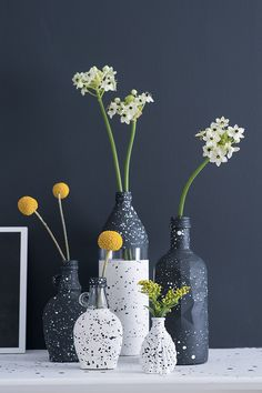 Decorated Wine Bottles 93385 Bottles transformed into vases - Marie Claire Idées Crafts With Glass Jars, Glass Bottle Crafts, Diy Bottle, Bottle Art, Wine Bottle Vases, Painted Wine Bottles, Painted Glass Vases, Empty Wine Bottles, Diy Design
