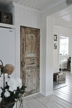 Loving this door....and of course all that white planking! <3