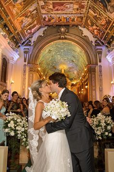 O beijo dos noivos na saída da Igreja Nossa Senhora do Brasil