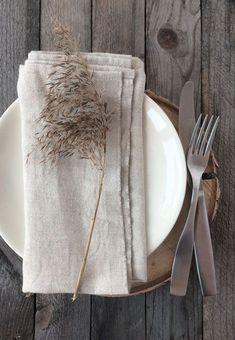 Lapua Kankurit Usva Serviette Leinen - KaisuMari Finnisches Design - #Design #F ... #design #finnisches #kaisumari #kankurit #lapua #leinen #serviette #Usva Modern Wedding Centerpieces, Minimalist Wedding Decor, Home Grown Vegetables, Thanksgiving Tablescapes, Linen Napkins, Deco Table, Fruit And Veg, Morning Food, Dinner Table