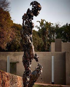 "Regardt van der Meulen é o artista responsável por esta obra chamada ""I am just the pieces"" com 4 metros de altura. #sculpture #art"