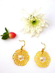 Bridal earrings gold and pearl earrings june by Earringsforall, €15.00