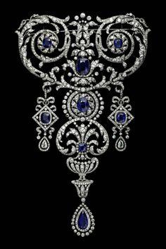 Des bijoux d'exception à l'expo «Cartier. Ce devant de corsage est une commande spéciale de 1907. Il est notamment composé de diamants, d'un saphir de forme poire et de sept saphirs de forme coussin. «Il est exceptionnel qu'une pièce de cette dimension ait pu rester intacte durant une centaine d'années, alors que les devants de corsage (...) étaient dessertis ou transformés une fois passés de mode», indique le catalogue de l'expo.