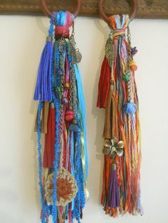 Lovely tassels, I would use something like this for crafts. Diy Tassel, Tassels, Crafts To Make, Arts And Crafts, Fabric Jewelry, Weaving Techniques, Fabric Art, Yarn Crafts, Textile Art