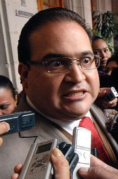 Otra toma famosa, esta de Cuartoscuro Asesino: Javier Duarte, Gobernador de Veracruz NO HAY LIBERTAD DE EXPRESION:. El asesinato es un delito contra el bien jurídico de la vida de una persona física, de carácter muy específico, que consiste en matar a una persona incurriendo en ciertas circunstancias agravantes, tales como la alevosía, la premeditación, el precio, la recompensa o promesa remuneratoria y el ensañamiento, aumentando deliberada e inhumanamente el dolor del ofendido. Es un tipo…
