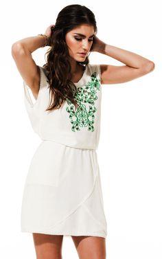 Lookbook Raizz Primavera-Verão 14 - Vestido acinturado off-white com  bordado verde esmeralda e  detalhes vazados
