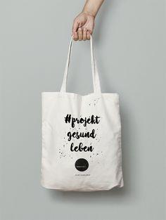 Bedruckte #projektgesundleben Stofftasche – der Jutebeutel sieht nicht nur stylisch aus, du schützt damit auch automatisch die Umwelt, da du Dank der Stofftasche bestenfalls weniger Plastiktüten benutzt. Ideal für den Wocheneinkauf oder andere Besorgungen.