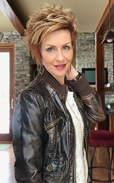 Love the chunky layers Asymmetrical Hairstyles, Cute Hairstyles For Short Hair, Celebrity Hairstyles, Curled Hairstyles, Short Hair With Layers, Short Hair Cuts, Short Hair Styles, Bouncy Hair, Bouncy Curls