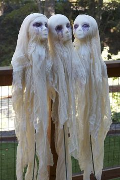 Amazing DIY Halloween Decorations Ideas You must have been waiting eagerly for the halloween season! so here are some wonderful DIY halloween decorations for you to make your home look attractive and welcome the halloween season. Deco Haloween, Hallowen Costume, Cool Halloween Costumes, Halloween Ghosts, Halloween Diy, Halloween Mural, Halloween Bride, Halloween Scene, Halloween Garden Ideas