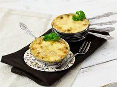 """Venäläinen sieniruukku """"Julienne"""" tehdään perinteisesti kuvissa näkyviin varrellisiiin metallisiin annosvuokiin, mutta ne voi korvata mainiosti pienillä annosvuoilla. Tämä täyteläinen ruoka on vienyt monen sienenystävän sydämen, sillä nämä raaka-aineet tekevät kunniaa metsänherkuille. Meatless Monday, Deli, Starters, Hummus, Camembert Cheese, Dairy, Veggies, Vegetarian, Dishes"""