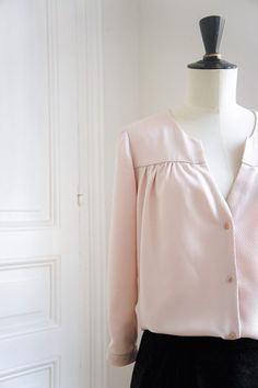 The Pretty Baby top is well fitted to the shoulders and the front and back gathers give it a nice volume. sleeves finished with a tear-proof slot. Blouse Patterns, Clothing Patterns, Diy Fashion, Fashion Outfits, Couture Sewing, Couture Tops, Fashion Design Sketches, Refashion, Boutique